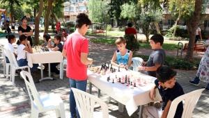 Bayraklı'da sokakta satranç keyfi