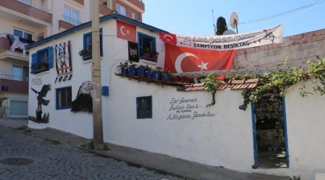 İzmir'de Fanatik Beşiktaşlı evini bu hale getirdi