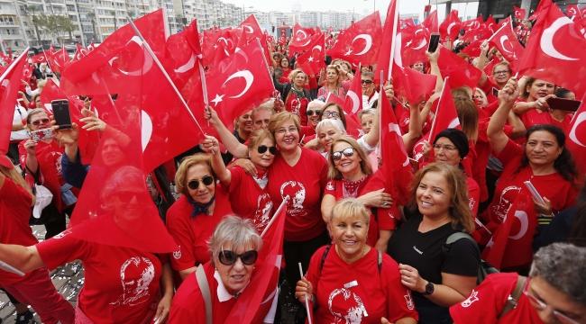 Binlerce kadın Cumhuriyeti dans ederek kutladı