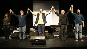 Enver Aysever İzmirlilerle tiyatro sahnesinde buluştu!