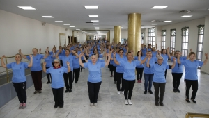 Konak'ta büyük küçük herkes dans ediyor