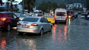 Muğla'da sağanak yağış hayatı olumsuz etkiledi