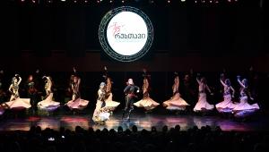 Gürcü dansçılar İzmirlileri büyüledi