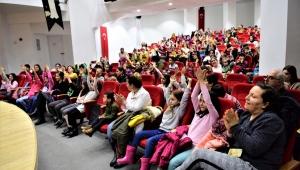 Bornova'da çocuklar tiyatroda buluştu