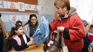 Öğrencilere kitap, annelere bez torba
