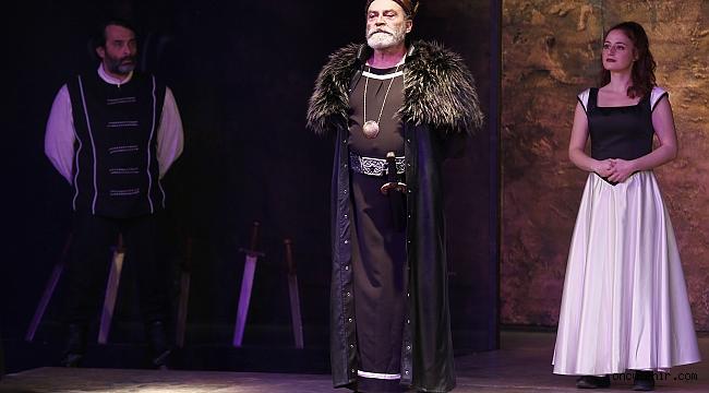 Konak'ın yeni sahnesi Kral Lear'la oyunuyla açıldı
