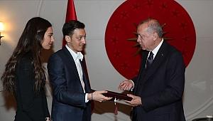Futbolcu Mesut Özil'den Cumhurbaşkanı Erdoğan'a düğün daveti