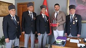 Menemenli Gaziler Başkan Gürbüz'ü ziyaret etti