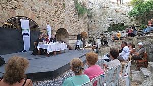 Foça'da Beşkapılar Kalesi'nde şiir akşamı