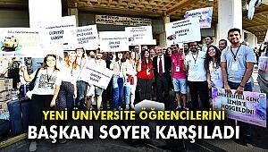 Yeni üniversite öğrencilerini Başkan Soyer karşıladı