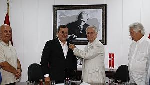 Başkan Batur'a eski futbolcudan rozet