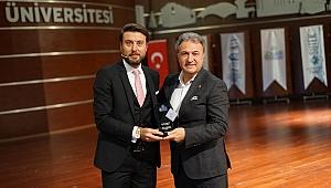Başkan İduğ'un iki vizyon projesine ödül: Dijital Sınıf ve Altın Bilezik