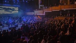 İzmir'de Mor ve Ötesi'nden senfonik performans