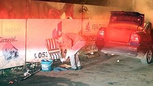 Otomobili yanarken bagajdaki malzemeleri kurtarmaya çalıştı!