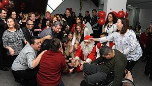Balçova'da engellerine takılmayan gençler ve aileleri yeni yılı kutladı