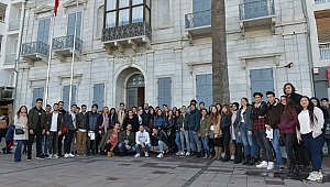 Başkan Utku Gümrükçü gençlerle birlikte müze gezdi