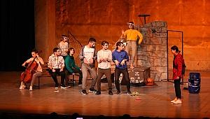 Bayraklı'da tiyatro günleri devam ediyor