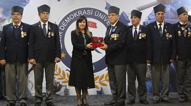 Demokrasi Üniversitesi'nden kahramanlarına ödül töreni