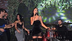 Hera, Vokal'de şarkılarıyla geceyi ısıttı