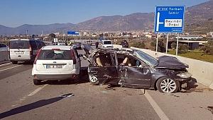 İzmir'de iki otomobil çarpıştı: 3'ü çocuk 8 kişi yaralandı