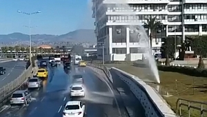 Konak'ta ilginç anlar... Arabalarını yıkamak için yavaşladılar!