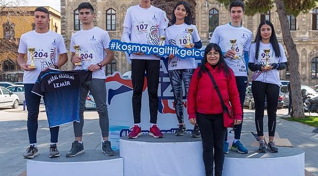 İzmirliler sevdiklerine koştu, yarışı el ele tamamladılar
