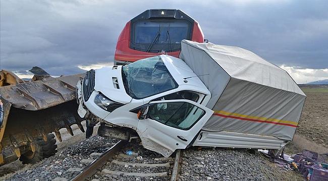 Kamyonete yük treni çarptı: 1 yaralı