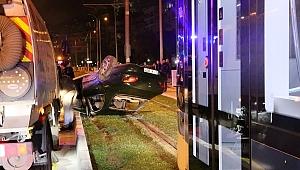 Konak'ta bir araç tramvay yoluna devrildi