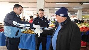Bayraklı'da zabıta, pazarcılara eldiven ve broşür dağıttı