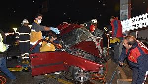 Hurdaya dönen araçtan yaralı çıkartıldılar