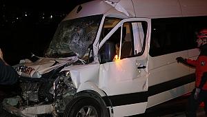 İşçileri taşıyan minibüs kamyona çarptı: 12 yaralı