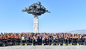 Kadın süpürgeciler İzmir'e toz kondurmuyor