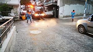 Kuşadası'nda tüm cadde ve sokaklar periyodik olarak dezenfekte ediliyor