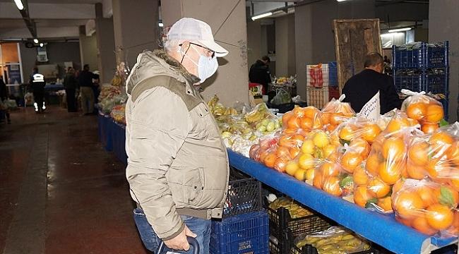 Pazarcılar, eldiven ve maskeyle poşetli gıdaları satışa sundu