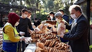 Başkan İduğ, ev ev dolaşıp ekmekle gevrek dağıttı