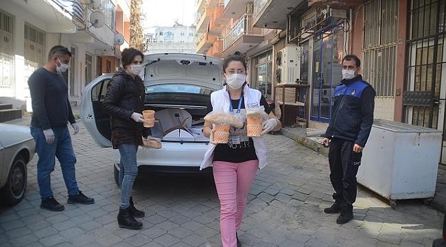 Kuşadası Belediyesi temel ihtiyaçları eve teslim ediyor