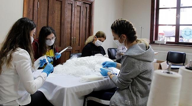 Ödemiş gönüllüleri günde 2 bin maske dikiyor