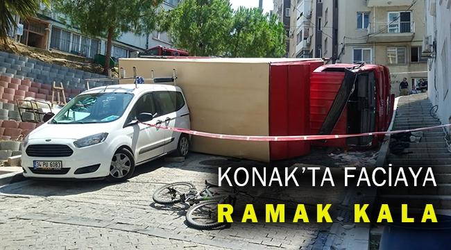 Konak'ta rampa çıkan kamyon devrildi mahalle büyük tehlike atlattı