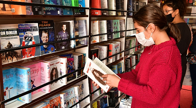 Edebiyat otobüsü kapılarını çiğlili okurlara açtı