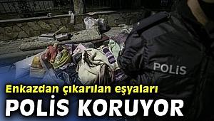 Yağcıoğlu Apartmanı'nın enkazından çıkarılan eşyaları polis koruyor