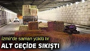 İzmir'de saman yüklü tır alt geçide sıkıştı