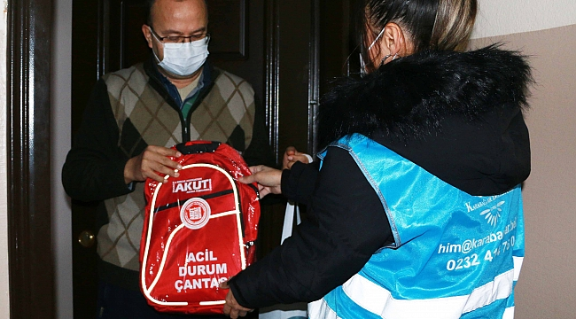 Karabağlar'da acil durum çantaları dağıtıldı