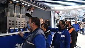 Mobil ikram aracı bu kez belediye işçilerinin içini ısıttı