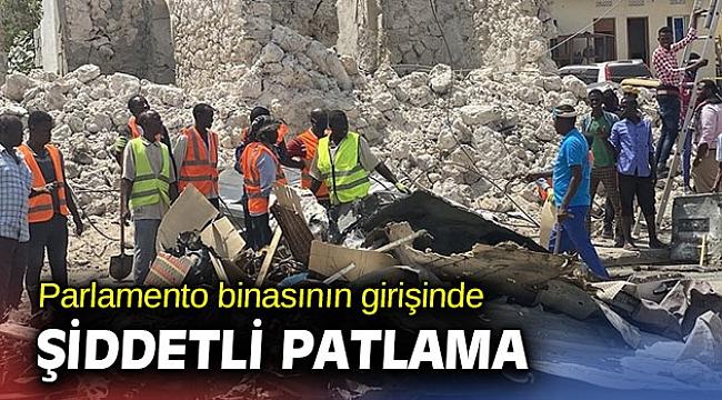 Parlamento binasının girişinde şiddetli patlama