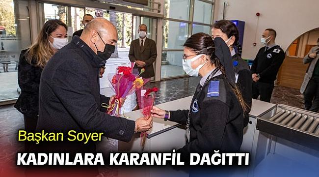 Başkan Soyer kadınlara karanfil dağıttı