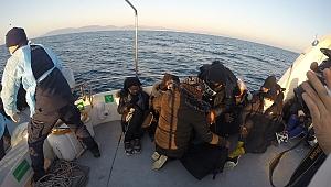 İzmir açıklarında Türk kara sularına itilen 76 sığınmacı kurtarıldı