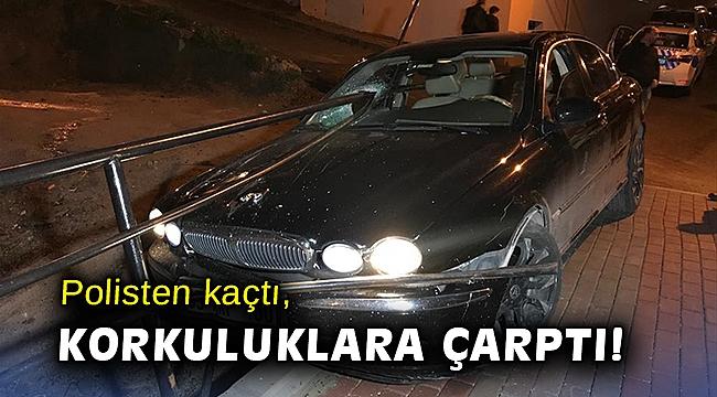 İzmir'de kovalamaca! Polisten kaçtı, korkuluklara çarptı!