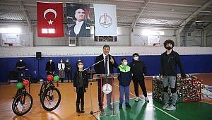 Karşıyaka'da atık metal kutuyu getiren gençler bisikleti götürdü
