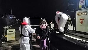 Teknesi arızalanan göçmenleri Sahil Güvenlik kurtardı