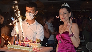 İzmirli ünlü diş hekimi Mehlika Göçgen'e sürpriz doğum günü partisi